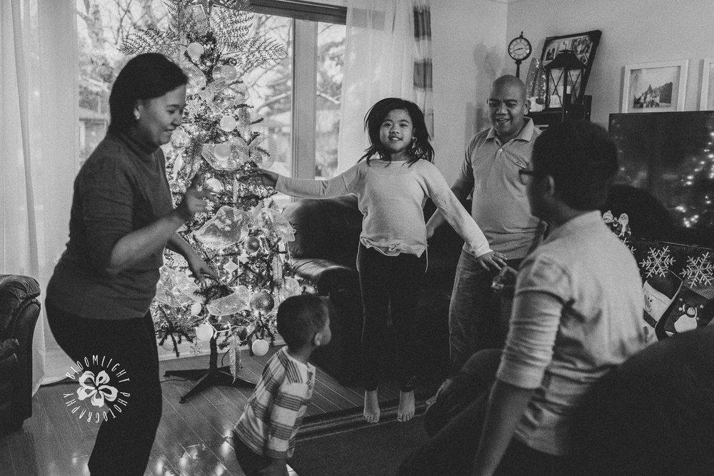 black-white-photo-family-dancing-celebrating-Christmas-at-home-Toronto (4).jpg