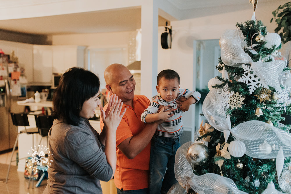family-decorating-Christmas-tree-Toronto-documentary-photographer.jpg