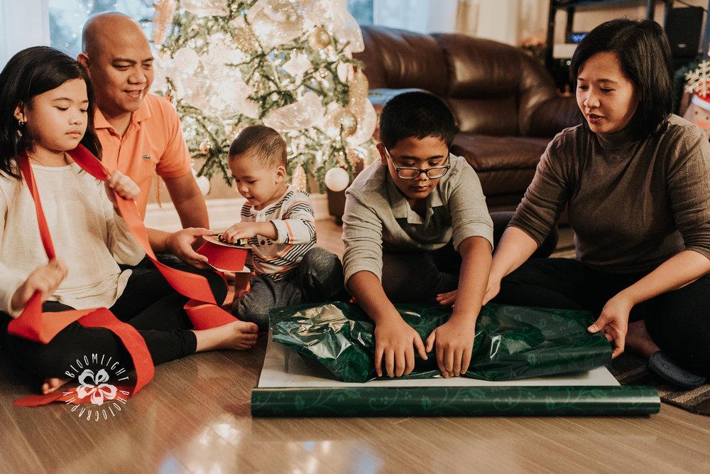 Toronto-family-gift-wrapping-Christmas-time-Candid-Photographer.jpg