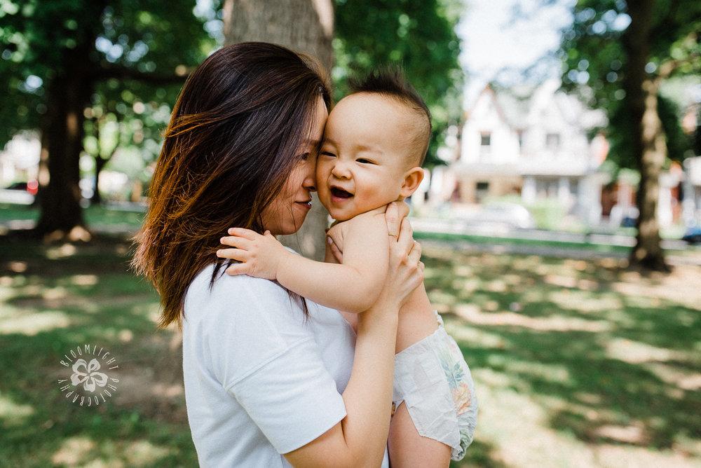 Mommy-me-photo-Toronto-lifetyle-photographer-outdoor.jpg