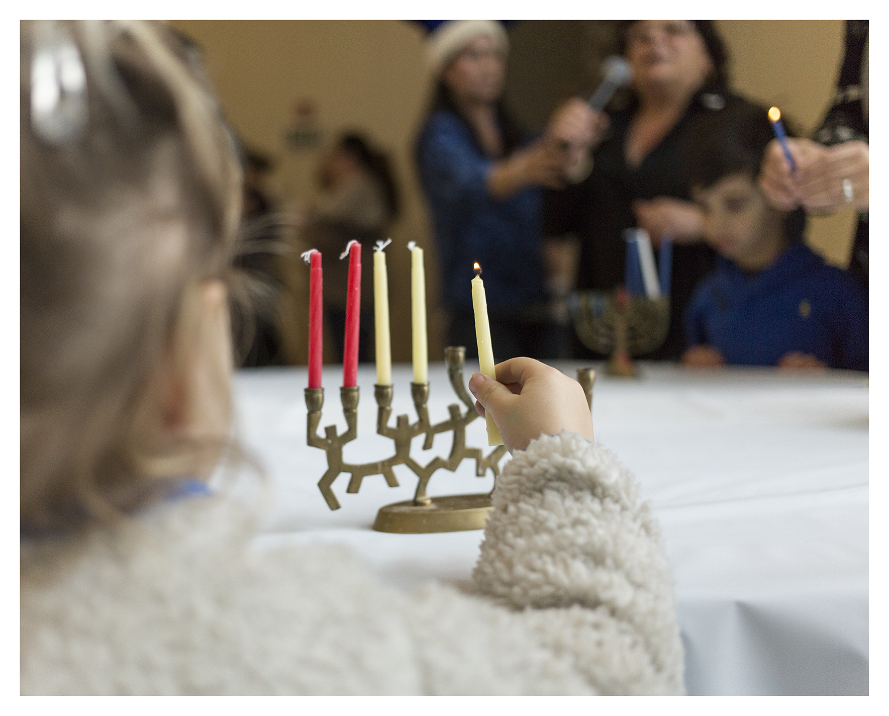 CandleLighting1_CBSFamilyPreschoolHanukkahLunch_December2015