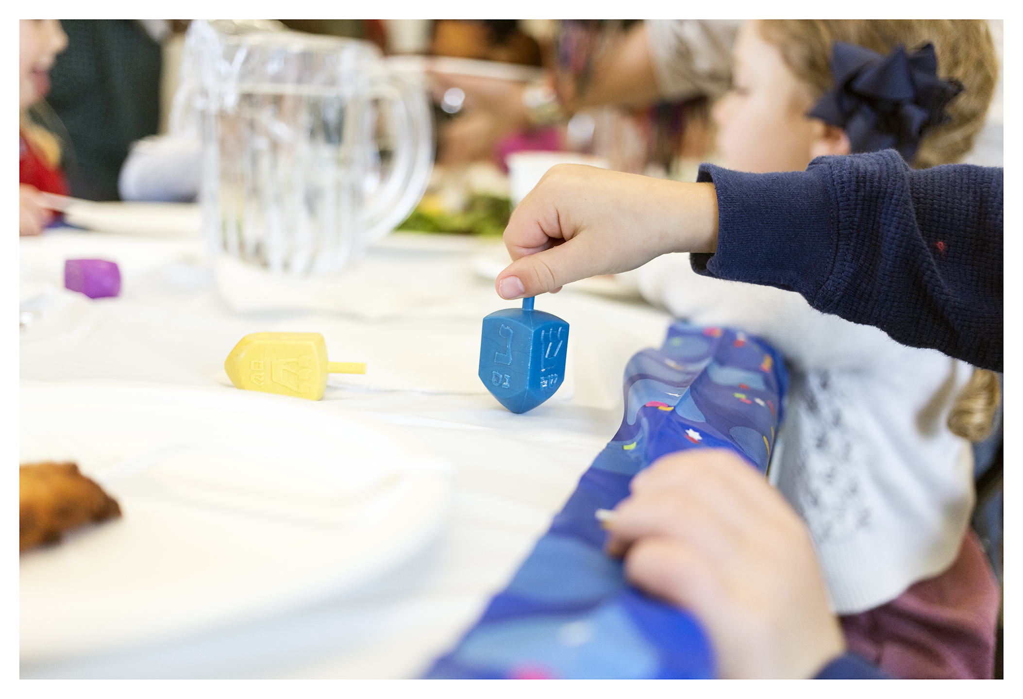 PlayingDreidel_CBSFamilyPreschoolHanukkahLunch_December2015