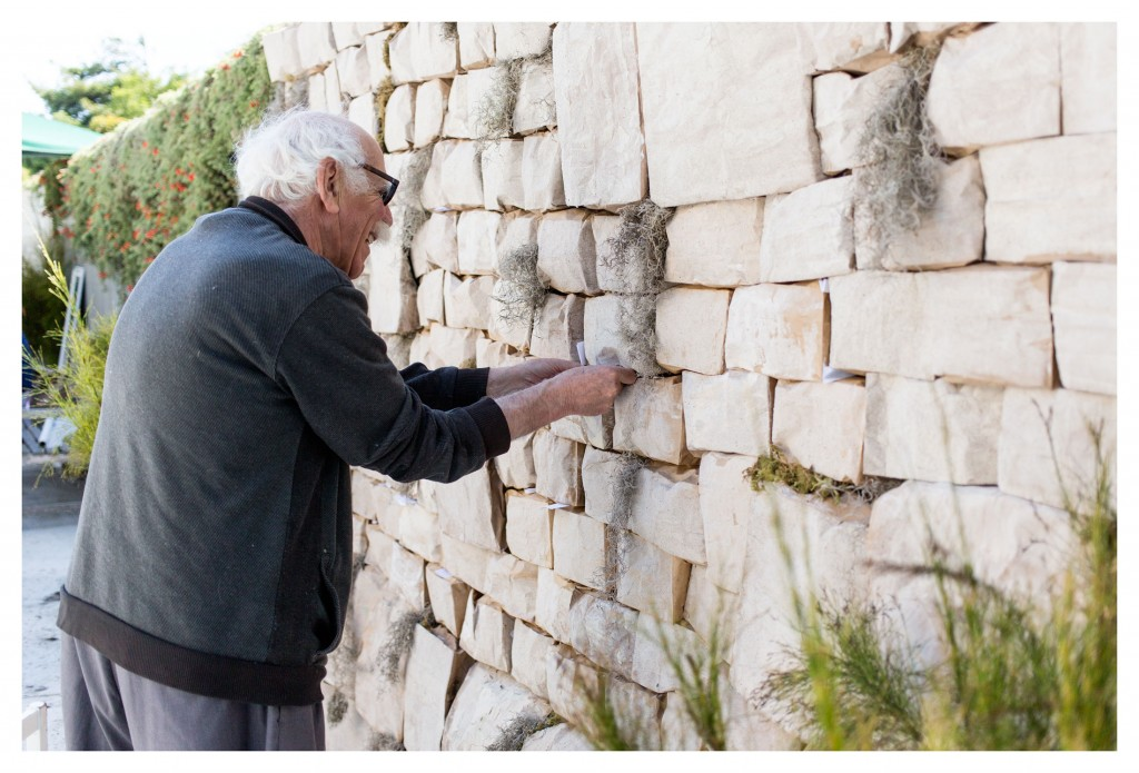 Facebook_PlacingNoteInWall_YomHaAtzmautCelebration_May2016