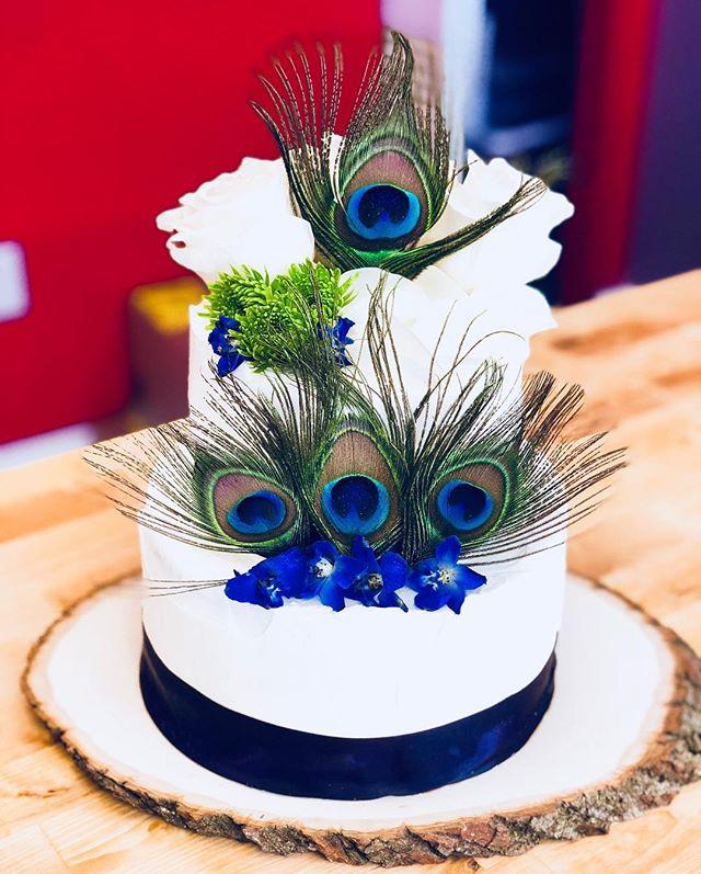 Feather meets floral. #peacock  #floral  #cakesofinstagram  #cakeart  #colorpop  #art  #localbusiness