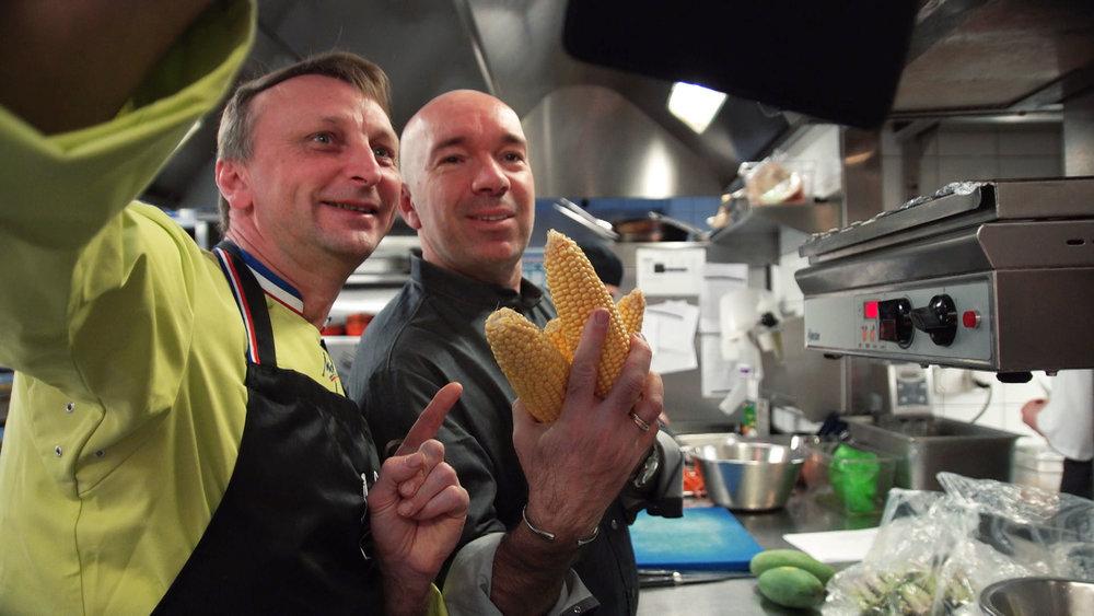 Deux complices dans la cuisine: le chef triplement étoilé  Jacques Pourcel  et le Meilleur Ouvrier de France (primeurs)  Frédéric Jaunault  se préparent à cuisiner pour un évènement Carpe Diem (mars 2018, Genève).