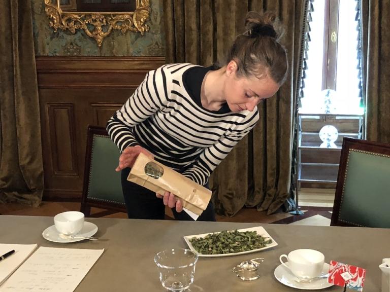 Anaïs Kerhoas - L'herboriste officielle de La Maison Hubert prépare une dégustation avec sa dernière création de tisane, exclusivement conçue pour La Maison : La Belle des Bois.