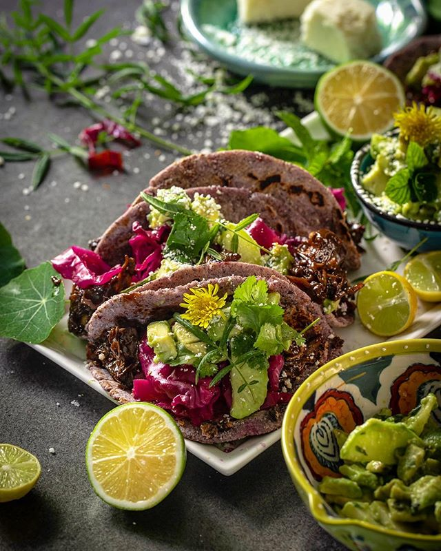 Yay it's the recipe challenge again! ⠀⠀⠀⠀⠀⠀⠀⠀⠀ This fifth turn is a completely delicious vegan recipe by Michelle @thevibrantkitchen... ⠀⠀⠀⠀⠀⠀⠀⠀⠀ Vegan, you say? ⠀⠀⠀⠀⠀⠀⠀⠀⠀ Damn straight & so damn delicious! ⠀⠀⠀⠀⠀⠀⠀⠀⠀ Just have a look at my beautiful mess: Jackfruit BBQ Korean Tacos with Red Cabbage Pickle and Avocado & Radish salad, on homemade blue corn tortillas 😋 ⠀⠀⠀⠀⠀⠀⠀⠀⠀ Huge thanks to @kayonreynalls of @thesupperclubmag fame for organizing our group of food photographers & bloggers from around the world to participate in this exchange! ⠀⠀⠀⠀⠀⠀⠀⠀⠀ To see all our different takes on each bi-weekly recipe provided by a new member, follow #acommonplate & #plateincommon ⠀⠀⠀⠀⠀⠀⠀⠀⠀ Michelle's recipe was flawless & I followed it pretty closely - especially the jackfruit part, as this was completly unknown territory for me. ⠀⠀⠀⠀⠀⠀⠀⠀⠀ Since I didn't have a lot of cilantro in the garden, I assessed what there was and added some fresh mint and Mexican marigold leaves (Tagetes limonii) which, since we're mixing cultures anyways, is a perfect complement to these flavors. ⠀⠀⠀⠀⠀⠀⠀⠀⠀ I also threw in a few nasturtium leaves and dandelion flowers for fun. ⠀⠀⠀⠀⠀⠀⠀⠀⠀ What a stand-out recipe, easy, mouthwatering and healthy! (PS, I did grate a little cojito cheese over the top, so just disregard that if you are a strict vegan!) . . . . . #vegantacos  #thesupperclubmag #hocsupperclub  #seasonalfoods  #thekitchn #fallfood #thesunsetkitchen #eatmoremagic  #feedyoursoull #tohercorecontentcreation #sunsetmag #lifeandthyme  #growiteatit #onmytabletoday #hautescuisines #hautecuisines  #foodie_features  #thekitchn #firstweeat  #ediblela #growwest  #seasonaleats #pinkladysnapsnov18  #inmykitchentoday  #growwest #inmykitchen #deliciousmagazine . . . @pinkladyappleuk @foodphotoaward