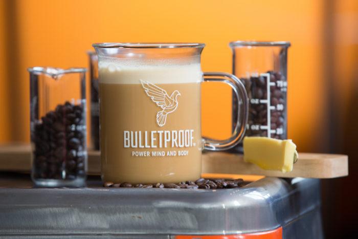 """- """" Il Bulletproof Coffee nasce dopo che Dave Asprey, in un'escursione in Tibet scopre l'esistenza del the col burro di Yak. L'effetto energizzante della bevanda e la strana mistura degli ingredienti lo colpirono a tal punto che Dave decise di iniziare a sperimentare per cercare di riprodurre lo stesso effetto della prima volta."""""""