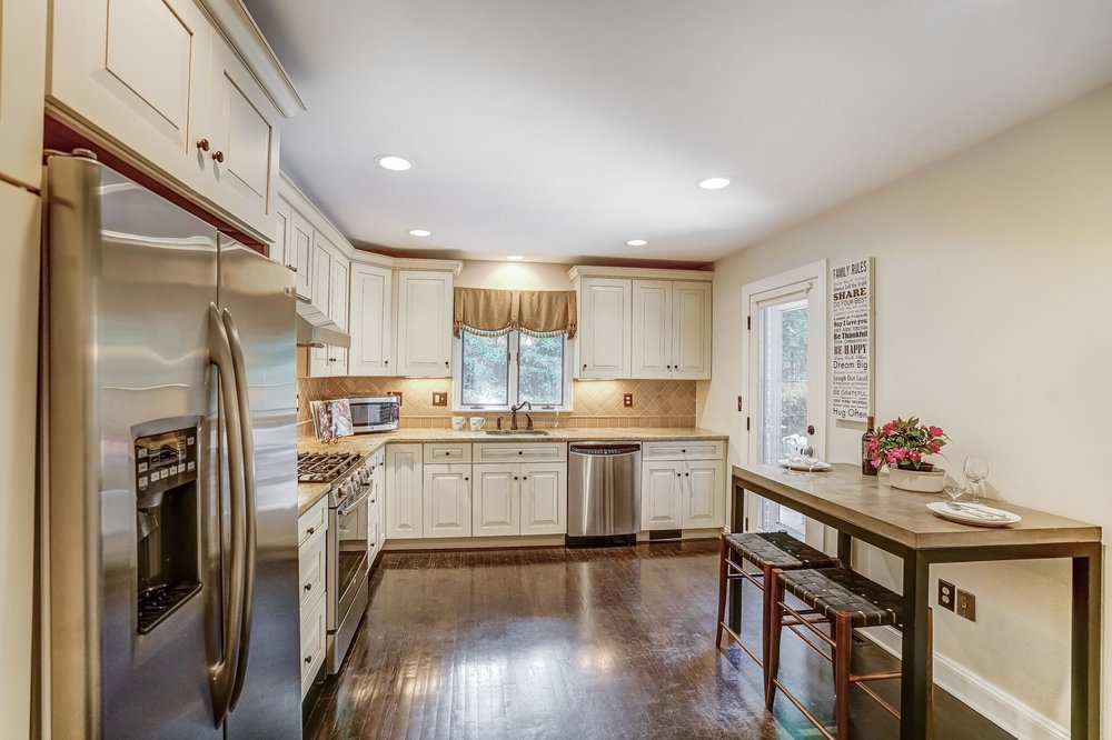 6 Expansive custom Kitchen with stainless appliances 2pAr3OqLXhy0gzhTwCSGzYkP6MLXZS_XGs6Rqrt7vYA.jpg