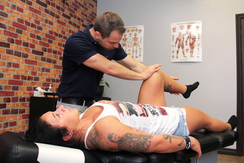 Dr Matthieu Hamel, chiropraticien, effectuant le test musculaire du droit fémoral sur la patiente