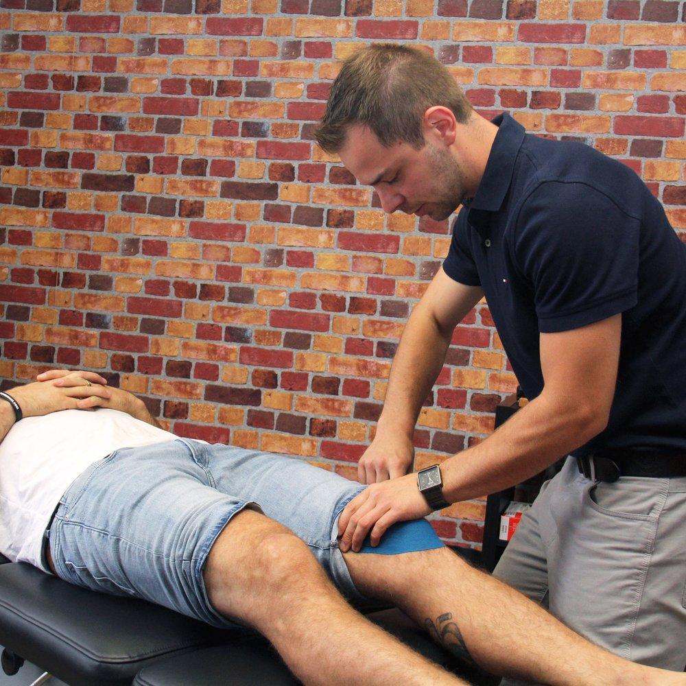 Taping Neuro-proprioceptif   Vos chiropraticiens ont les compétences requises afin de déterminer la pertinence de l'application de tape et la bonne technique requise pour son application.