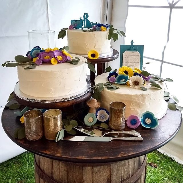 This cake set-up is so unique! I love it! #northlimeweddings