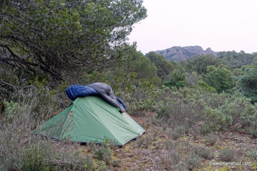 All you need to know about DOWN sleeping bags! The pros and the cons, how to choose and take care of your down sleeping bag! | Hiking | Camping | Gear Guide | Down or synthetic sleeping bag | awomanafoot.com