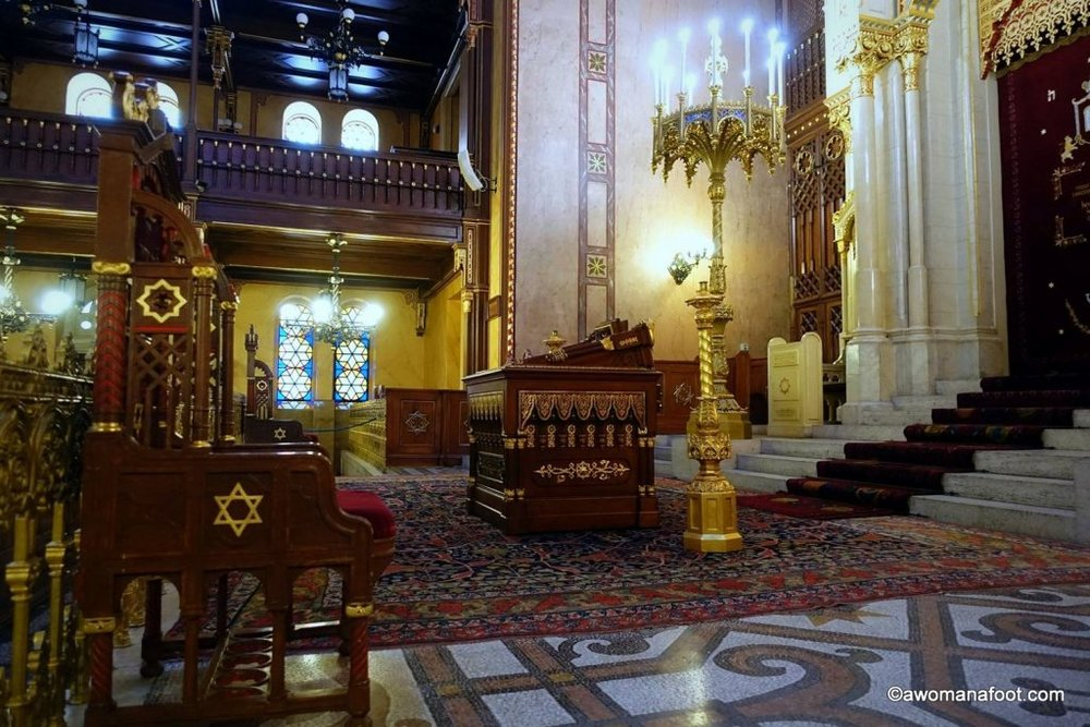 Take a look at the stunning beauty of the Dohany Great Synagogue in Budapest, Hungary - the biggest synagogue in Europe! #Hungary #travel #Budapest #synagogue #Jewry awomanafoot.com