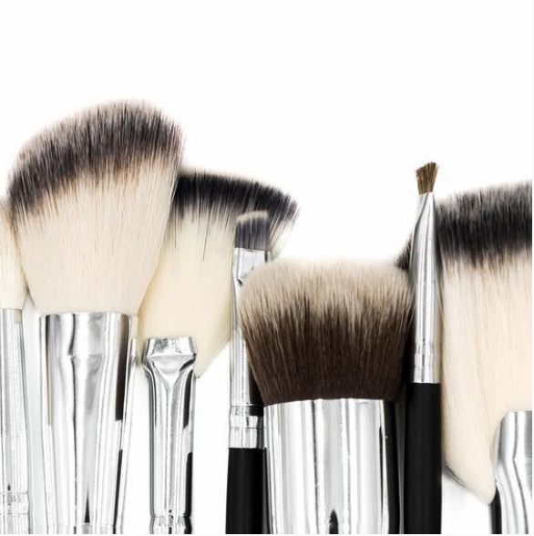 ONLO - For your Glam FriendOur most favorite beauty agency! ONLO not only provides amazing on-location services (such as hair, makeup, and massage), but also has an amazing set of brushes available for purchase, so that you can apply your own makeup like a pro!