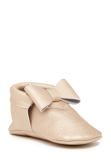 SOFT GOLD BOW MOCCASIN SHOE