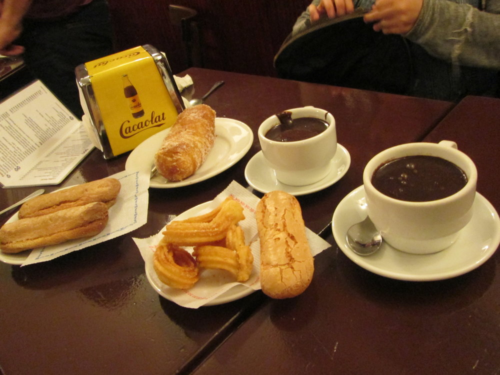 Chocolate con churos y otros postres.