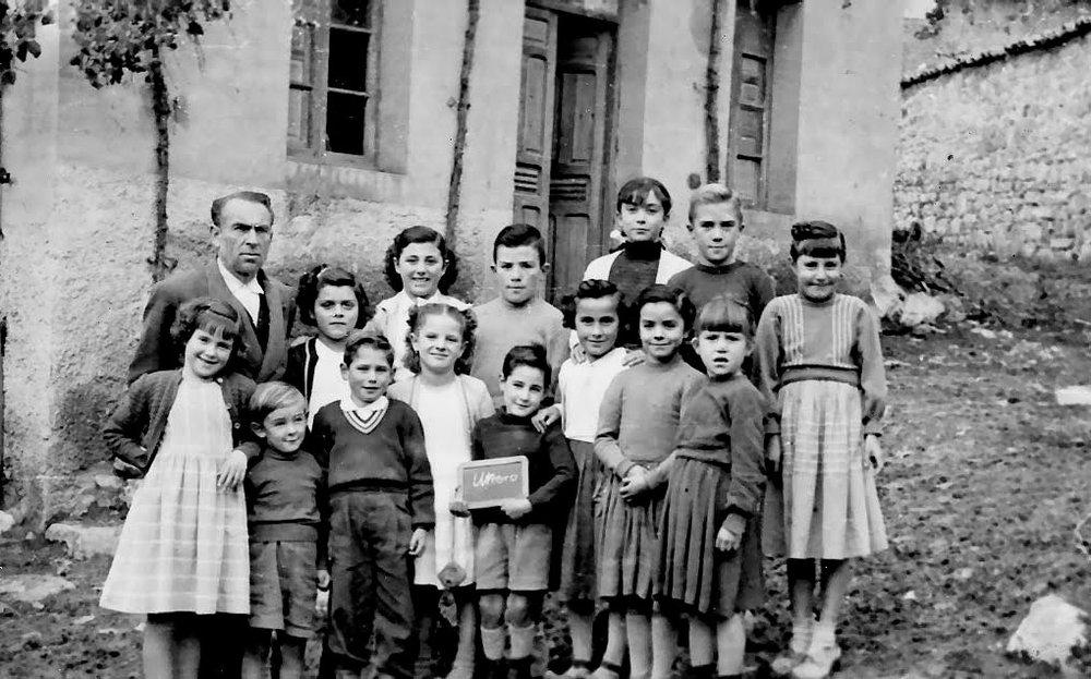 Utrero, 1954. Abundio Llamazares y sus alumnos. Foto cedida por: Abundio Llamazares Robles.