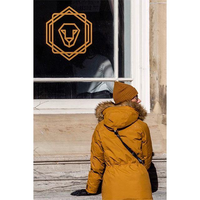 Matching 🔸🔶🔸 Assorti • • • • • • #streetleaks #verybusymag #streetgrammer #best_streetview #ig_street #streets_vision #street_focus_on #my daida #fromstreetswithlove #myfeatureshoot #storyofthestreet #life_is_street #dpsp_street #streets_storytelling #myspc #timeless_streets #urbanstreetphotogallery #pellicolamag #burnmagazine #somewheremagazine #streetsof514 #streetphotography #fuji #fujix100t #montreal #mtl #mtlmoments #rcmtl #thismtl