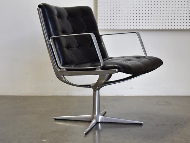 Going half off on this super cool executive chair by Burke. Aluminum frame with black Naugahyde. Base swivels. Couple seams splitting in upholstery but can definitely be used as is. Asking $325 originally $650. #burke #spaceage #modern #midcenturymodern #executivechair #midcentury #postwarmodern #sale #redlands #palmsprings #losangeles