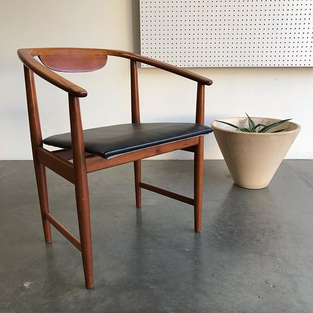 The angles, the joinery, everything about this Kipp Stewart arm chair for Winchendon furniture is 💣. On sale for $245 at PWM. #kippstewart #winchendonfurniture #midcenturymodern #midcentury #americanmodern #lagardotackett #architecturalpottery #postwarmodern #redlands #palmsprings #losangeles