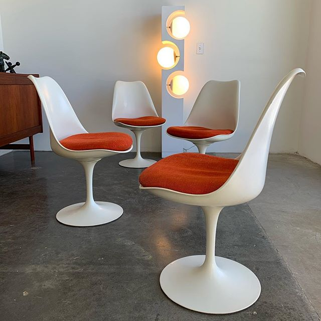 Set of 4 Eero Saarinen tulip chairs for Knoll in very good original condition. All chairs retain Knoll label with a production date of May 28 1970. Now available at era gallery. #eerosaarinen #knoll #tulipchair #modelinelamp #modeline #midcenturymodern #vintagefurniture #modern #spaceage #eragallery #redlands #palmsprings #losangeles