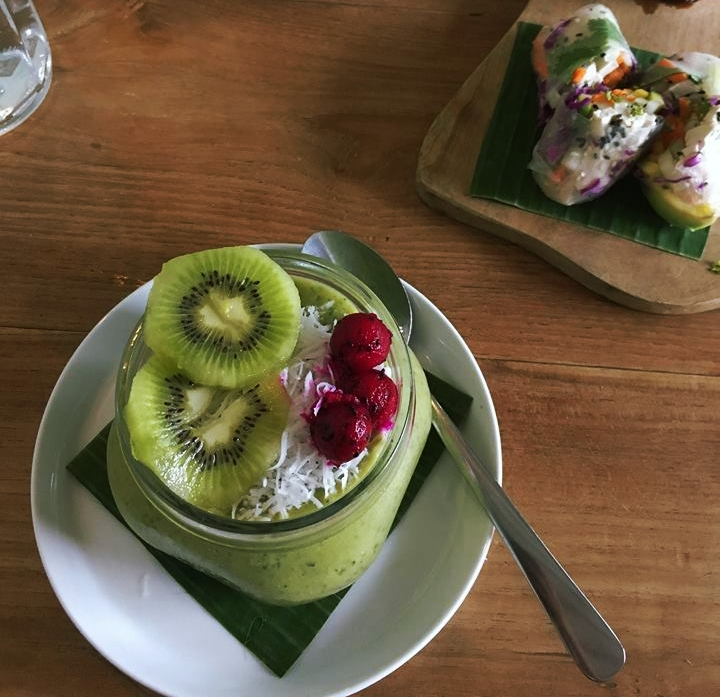 Green smoothie bowl & Rice paper rolls