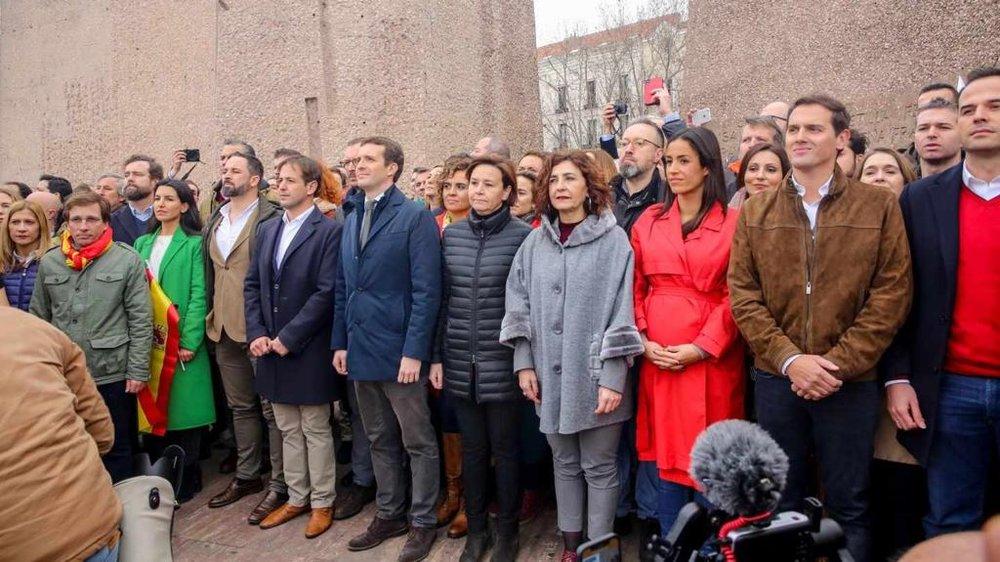 Santiago Abascal, Pablo Casado y Albert Rivera (entre otras personas) en la reciente manifestación celebrada en Madrid (fuente El Independiente)