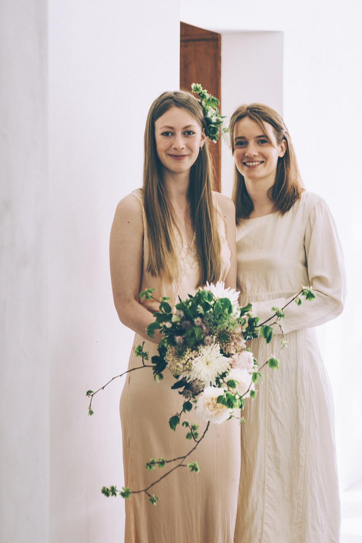 Fotograf: Marcus Nyberg Medium brudebuket 1000 kr. Hårspænde med blomst 300 kr.