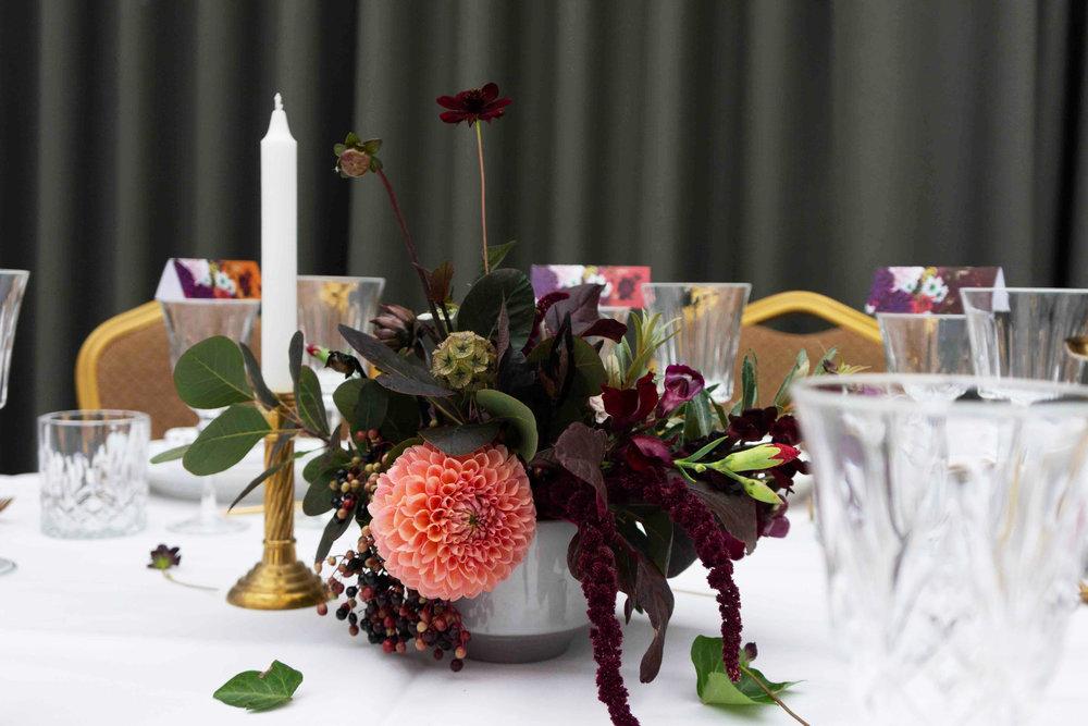 Lille stylet blomsterdekoration 440 kr.