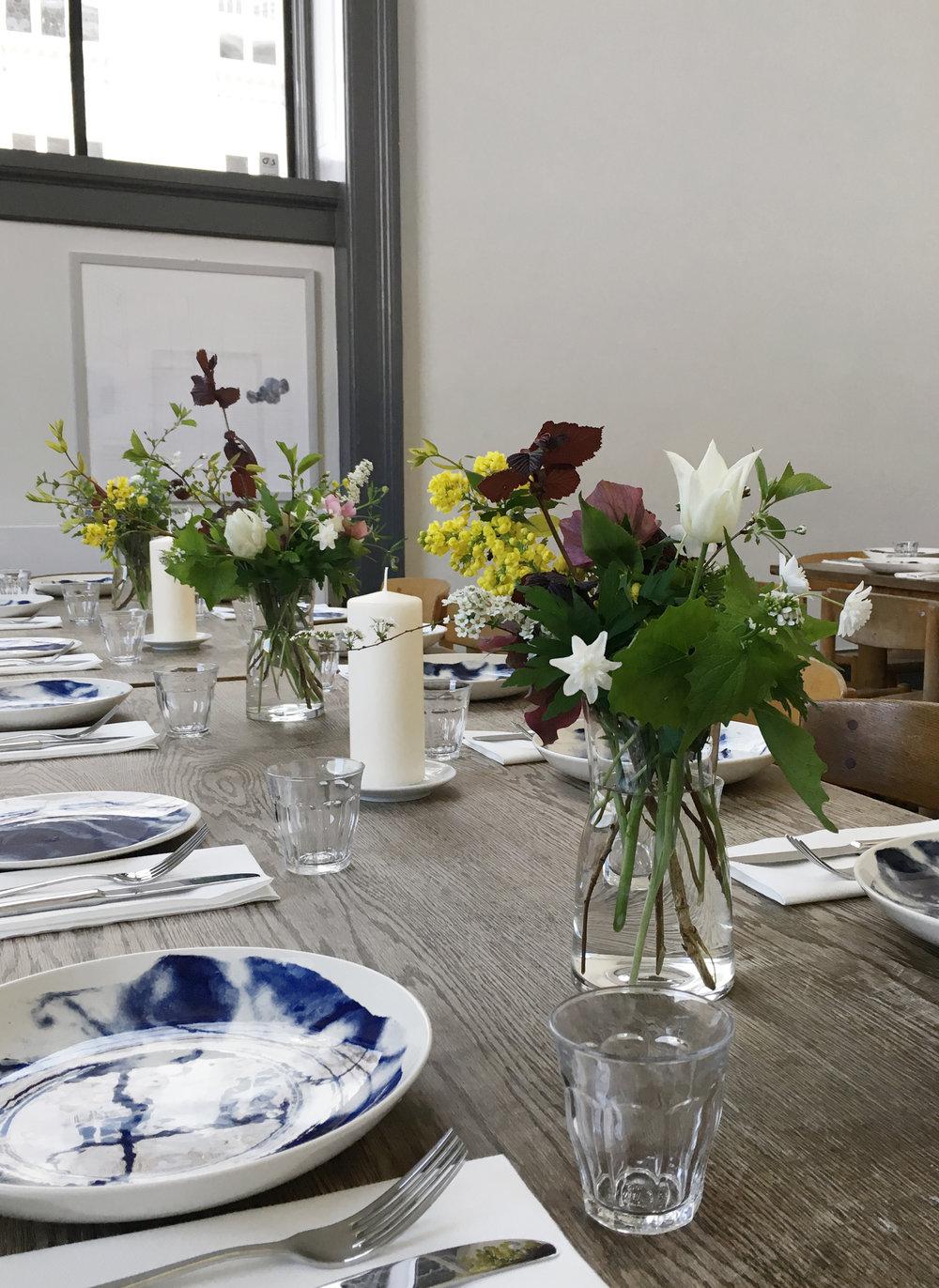 Lille enkel bordbuket med forårsblomster kr. 190
