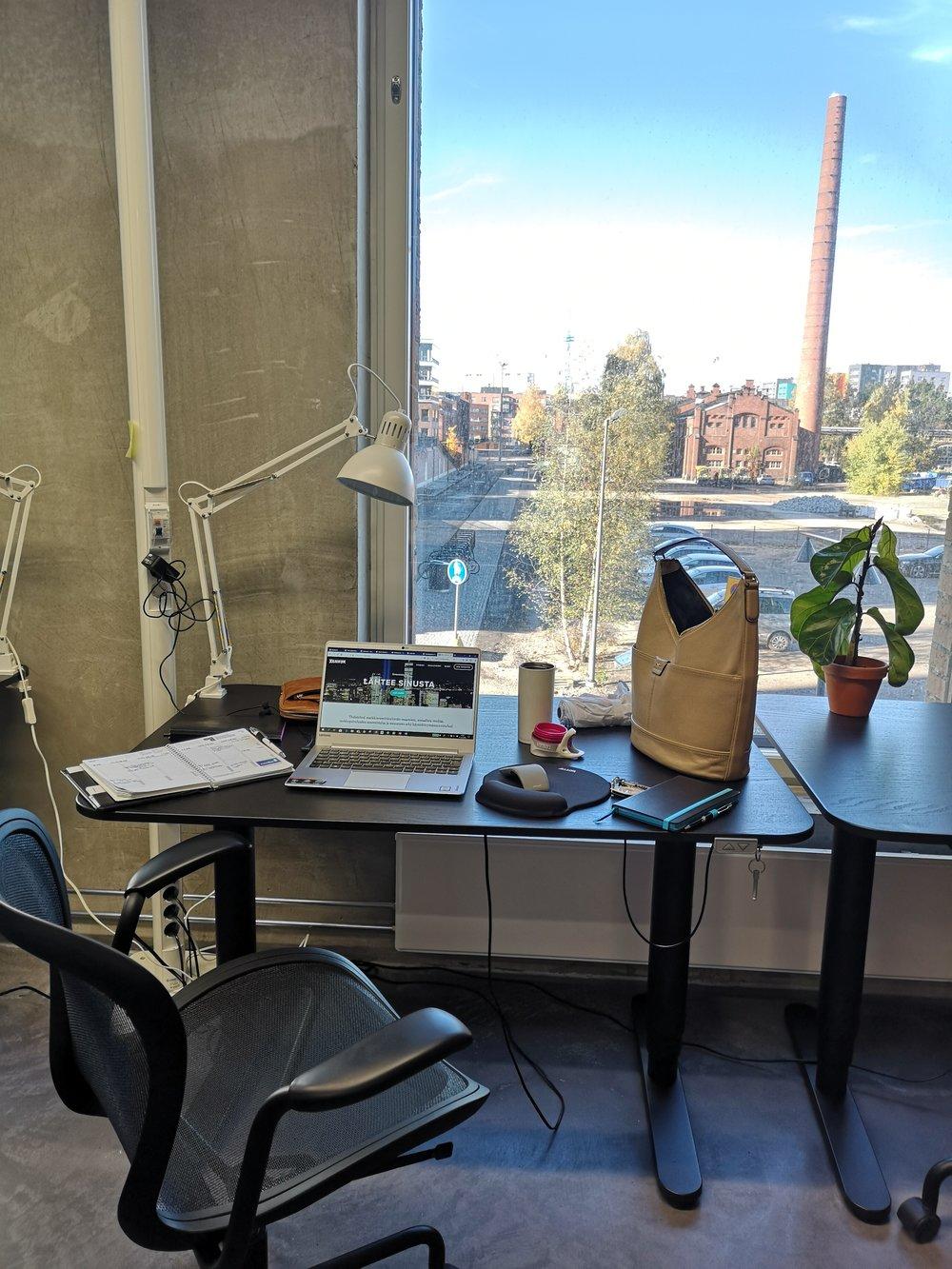 Liisan työpiste Wonderlandissa - Suurista ikkunoista avautuu näkymät Konepajan alueelle