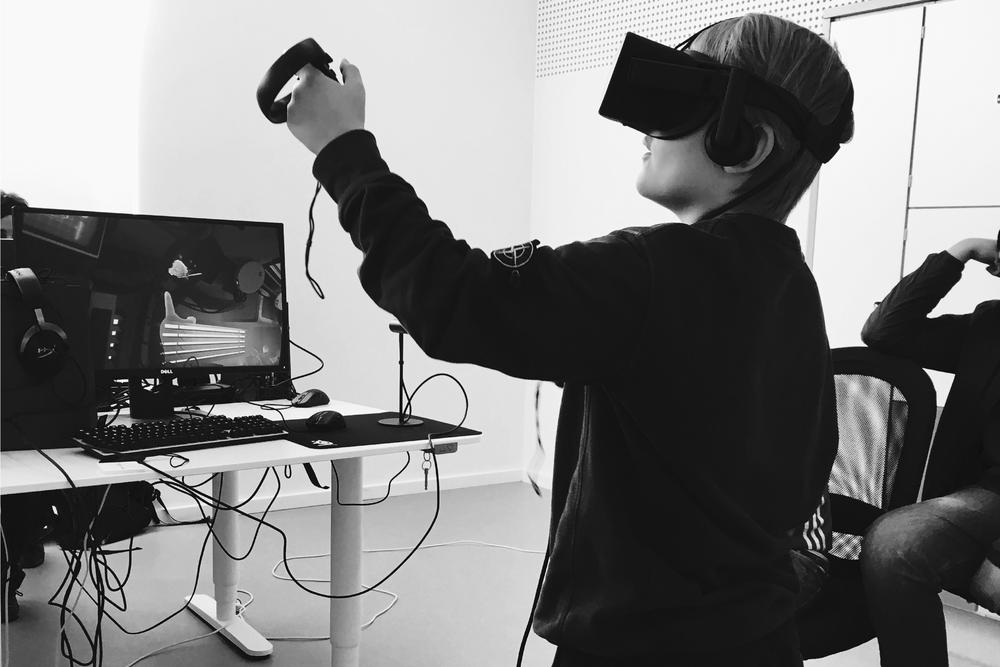 Nye Virkeligheder - Lær om virtual reality (VR) og augmented reality (AR).Keywords: google cardboard, oculus rift, 360 graders film,Thinglink, 3d tegning.