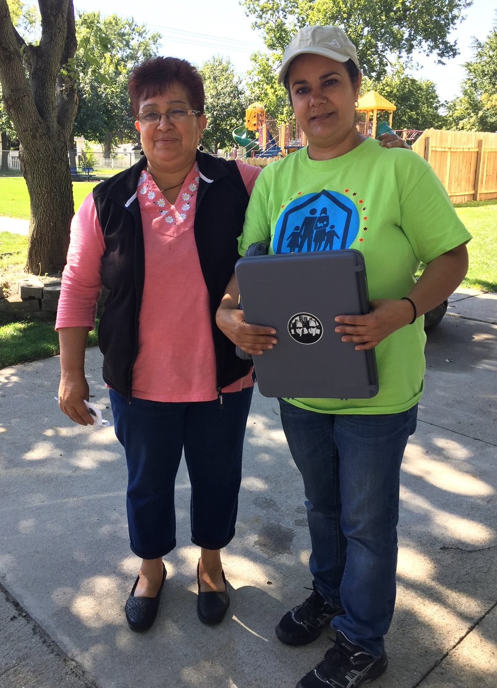 Rosalina, que vive en Schuyler, a la izquierda, con Jaidy Rosas, del Centro Laboral. Rosalina cree que votar es importante porque influye en las decisiones que afectan a toda la comunidad. Este año está particularmente interesada en el tema de la expansión de Medicaid, que cree que beneficiará a muchos.