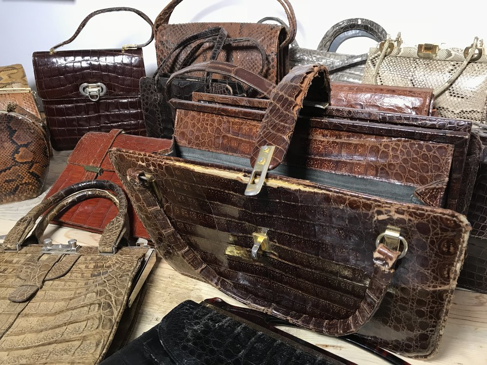Bolsos antiguos de cocodrilo, tortuga y pitón susceptibles de restauración completa. Estas piezas tienen años de antigüedad.