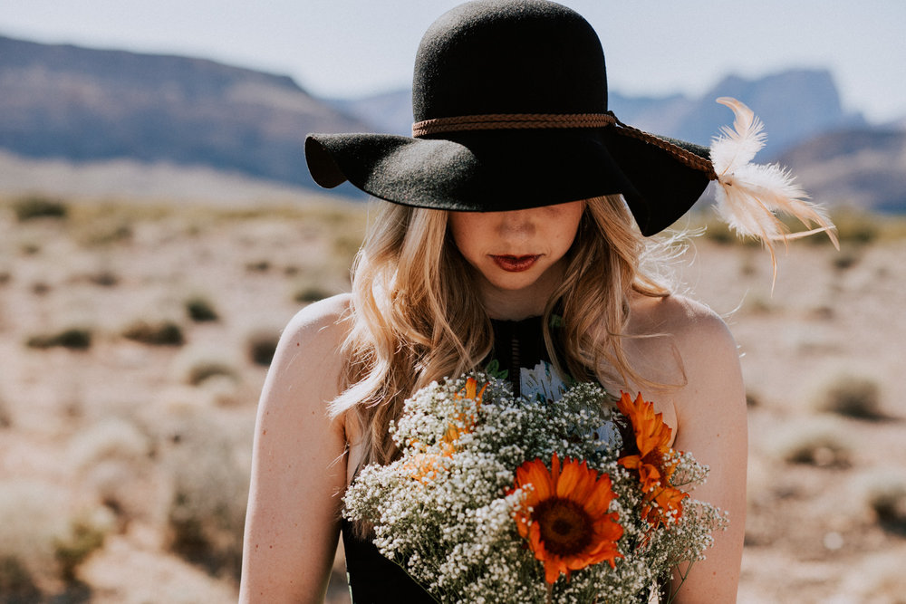 Shutter Up Studios | Photographer in Las Vegas, Nevada | Sunny desert portrait session with sunflower bouquet