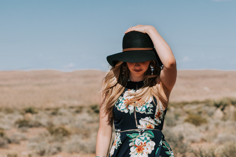 Shutter Up Studios | Photographer in Las Vegas, Nevada | Sunny desert portrait session with sun hat