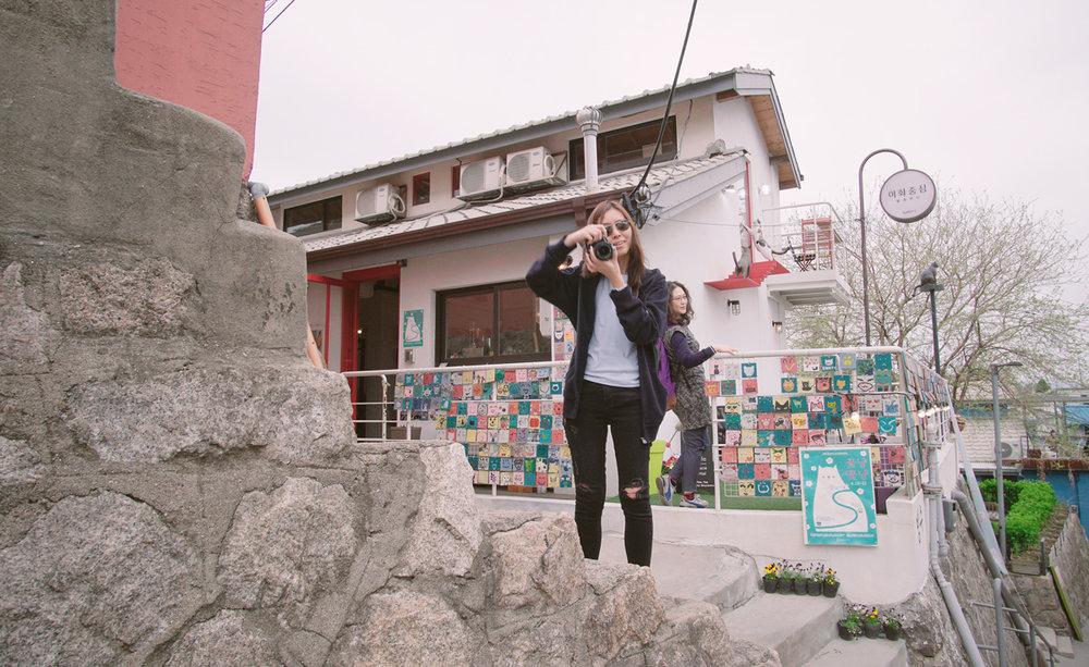 後面的阿珠媽很會擺pose...  這裡是壁畫村~