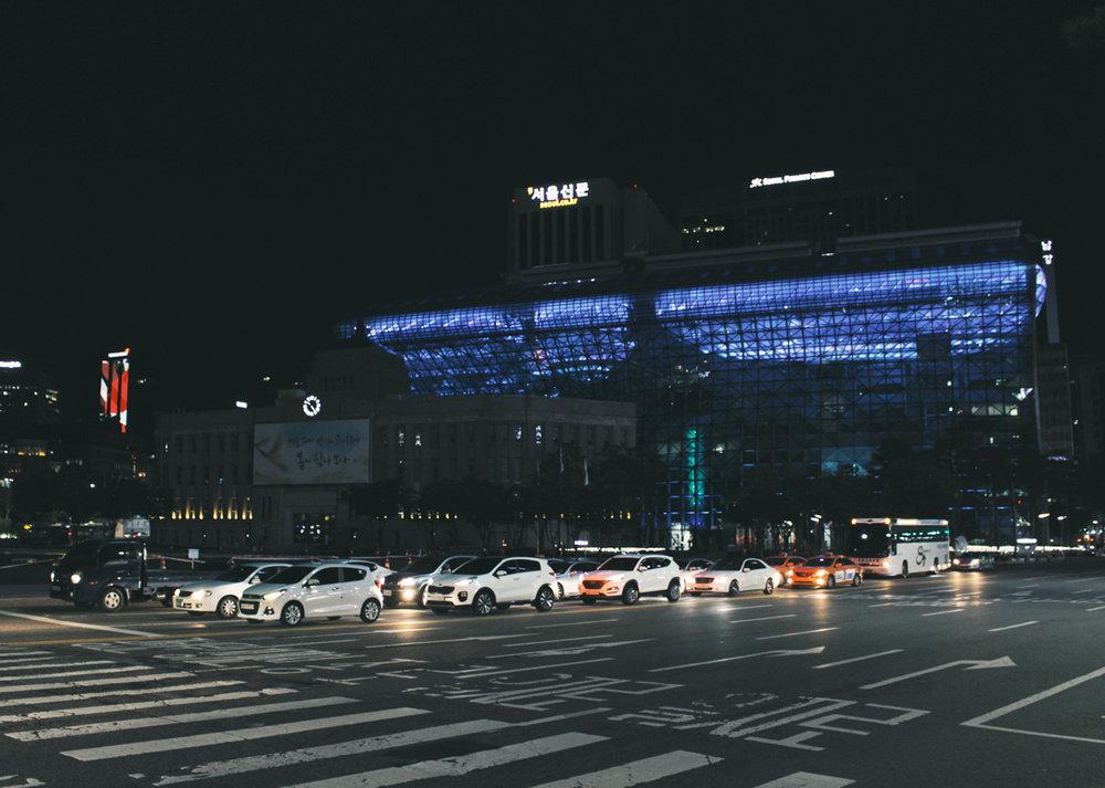 首爾市府廣場, 晚上燈會一直換顏色唷~