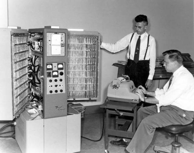 Un ordinateur dans les années 1950, cf   history of computers .