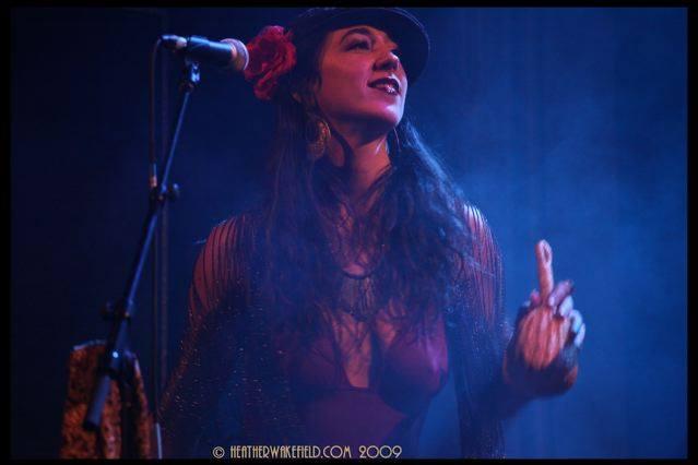 deja-solis-singer-model-4.jpg