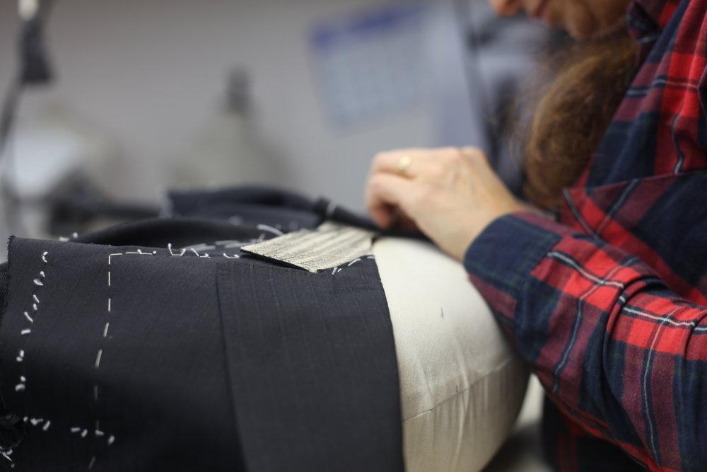 Mise en forme, pose, sur-piquage,rabattement du col et de la doublure des manches, cette étape signe les signes distinctifs de la couture.Vient ensuite le montage des manches, des emmanchures et le contrôle des épaules. -