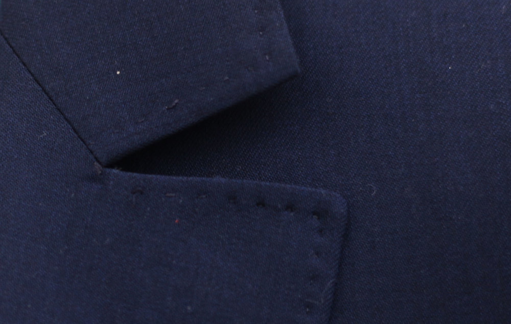 Certainly the most famous detail, it is the specific reference to Smalto's signature. The sewing notch, called 'parisien', cut off squarely and graphically very pure. -