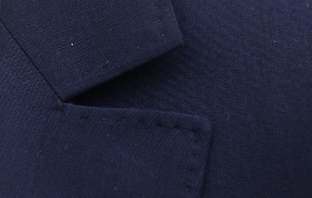 Certainement le détail le plus connu, qui vient signer au premier coup d'œil un costume Smalto : le Cran couture, dit «parisien», coupé à l'équerre et graphiquement très pur. -