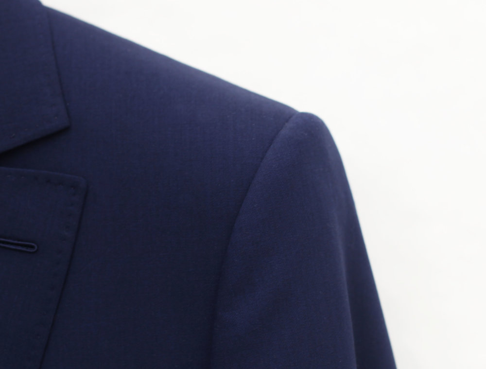 Key of elegance, Smalto's shoulder is a demanding research of balance: handmade, it is structured but not excessively so. Its large, rounded, slim armhole, very slightly rotating enables the collar of the suit to be perfectly adjusted to the neck. -