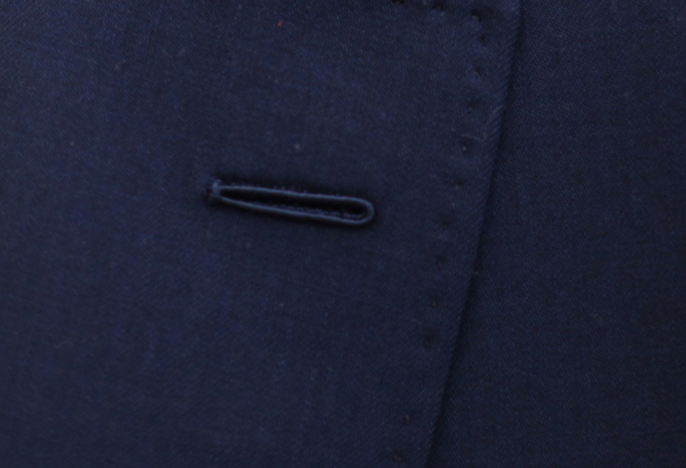 This second handmade buttonhole uses the traditional technique called 'Milanaise' which also provides a slightly raised result. This is a discreet detail, but it says a lot about the quality of the clothing. -