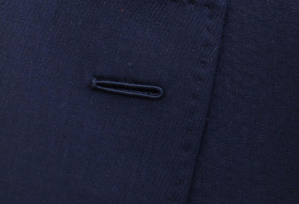 Cette seconde boutonnière faite main utilise la technique traditionnelle dite de la «Milanaise » qui permet également un rendu légèrement en relief. Un détail discret mais qui en dit long sur la qualité d'un vêtement -