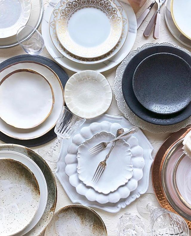 Hi pretty! 😙 We are batting our eyelashes at this gorgeous shot from our friends over @theark_ . We just love mixing all the textures and colors when it comes to tabletop. Do you have a favorite tabletop look?