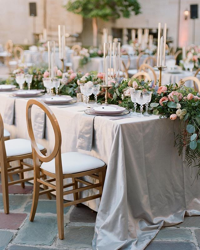 We love cascading florals that replace the idea of a traditional floral centerpiece. It adds such fluidity and dimension to the entire table, don't you think?! (Bonus your guests can easily have a conversation across the table!) Photo | @braedonflynn Florals | @shawnayamamoto Tabletop | @casadeperrin Venue | @greystonemansionbh Linens | @latavolalinen