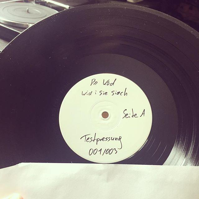 die testpressungen für's #album sind da - danke an @austrovinyl :-) . . . #lp #testpressung #austrovinyl #vinyl #180g #austropop #platten #plattenspieler #musik #dialekt #mundart #österreich #wien #burgenland #debutalbum